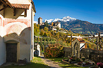 Italien, Suedtirol, bei Meran, Dorf Tirol: Landesmuseum Schloss Tirol, im Vordergrund die Pfarrkirche St. Peter ob Gratsch mit Friedhof | ITA, Italy, South Tyrol, Alto Adige, near Merano, Tirolo: Tyrol castle - provincial museum of history and culture, at foreground parish church St. Peter ob Gratsch with graveyard