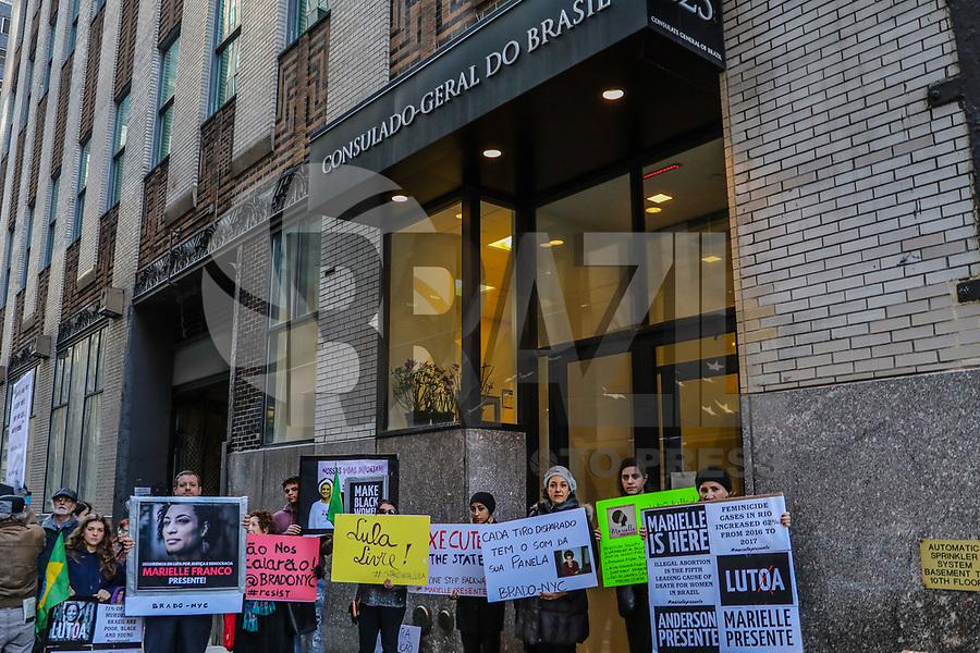 NOVA YORK, EUA, 22.03.2018 - PROTESTO-EUA - Manifestantes realizam ato em frente ao Consulado do Brasil em Nova York em apoio a vereadora Marielle Franco nesta quinta-feira, 22. (Foto: Vanessa Carvalho/Brazil Photo Press)