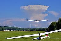 Windenstart mit einem Segelflugzeug in Hamburg Boberg: EUROPA, DEUTSCHLAND, HAMBURG, (GERMANY), 21.06.2016: Windenstart mit einem Segelflugzeug in Hamburg Boberg