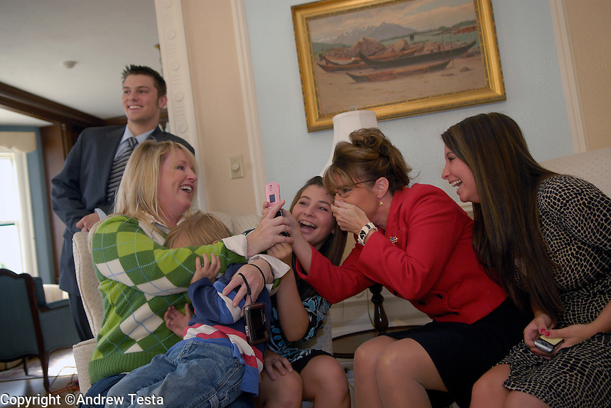 USA. Juneau.13th September 2007.Left to right: Track Palin, Molly, the Governor's sister, with her son Heath, Willow Palin, Sarah Palin (Governor) and Bristol Palin. The Governor shares a joke with her family at they wait for official portraits to be taken at the Governor's mansion in Juneau..©Andrew Testa/Panos