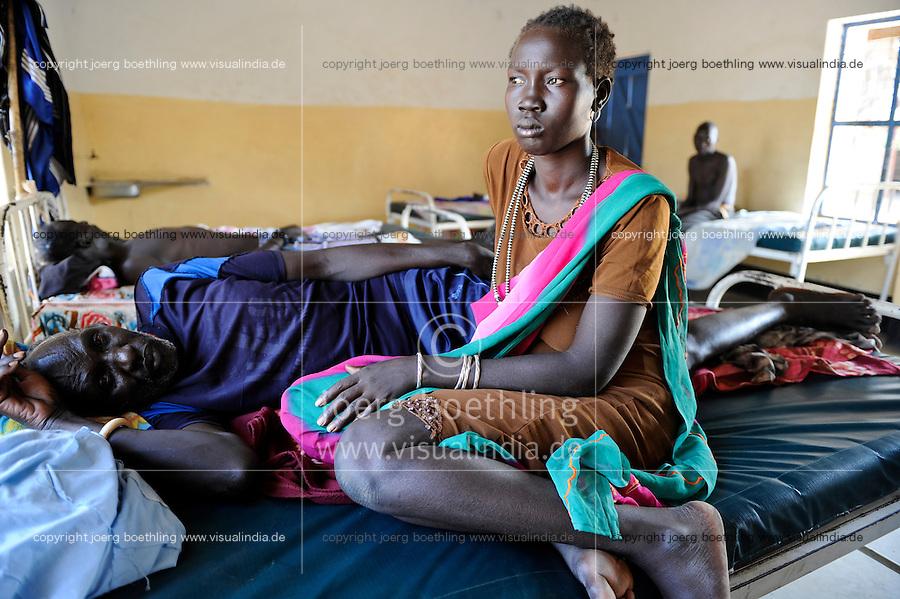 South Sudan, Cuibet, health station, Dinka man with gun shot wounds after cattle raid fightings / SUEDSUDAN Cuibet , Gesundheitsstation, Patienten mit Schusswunden nach bewaffneten Kaempfen um Vieh