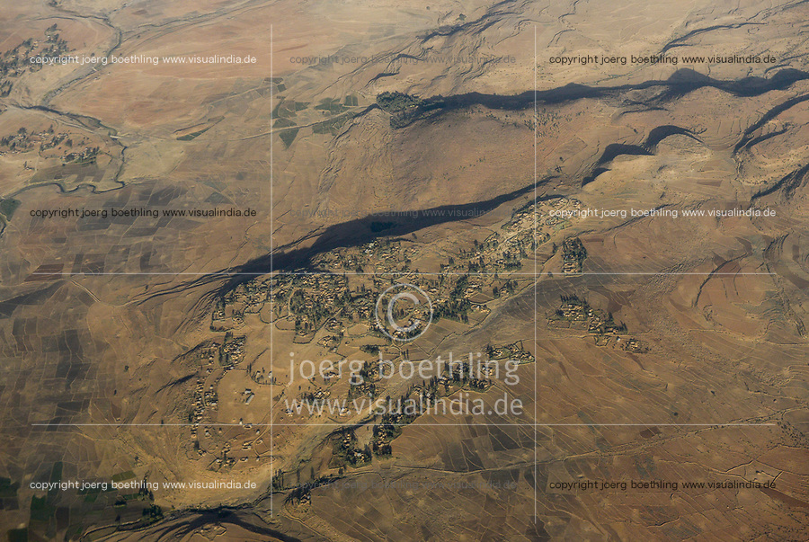 ETHIOPIA Tigray, aerial view highland, drought, dried fields for Tef cultivation / AETHIOPIEN, Tigray, Luftaufnahme Hochland, Duerre, Trockenheit, fields with Teff Zwerghirse Anbau