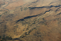 ETHIOPIA Tigray, aerial view highland, drought, dried fields for Tef cultivation / AETHIOPIEN, Tigray, Luftaufnahme Hochland, Duerre, Trockenheit, fields with Teff Zwerghirse Anbau