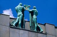 Dachfiguren von Franz Metzner auf dem Gebaeude der Kommerzbank, Prag, Tschechien, Unesco-Weltkulturerbe