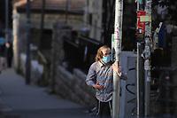 Un niño Haredi vistiendo un barbijo es visto en el vacío  barrio ultraortodoxo Mea Shearim. En un esfuerzo por detener el contagio del COVID 19 el gobierno israelí decreto el uso obligatorio de barbijos en las calles. La pandemia ha afectado fuertemente a la comunidad Haredi. El gobierno israelí decreto un confinamiento limitando la salida a 100 metros de los hogares. <br /> Foto Quique Kierszenbaum