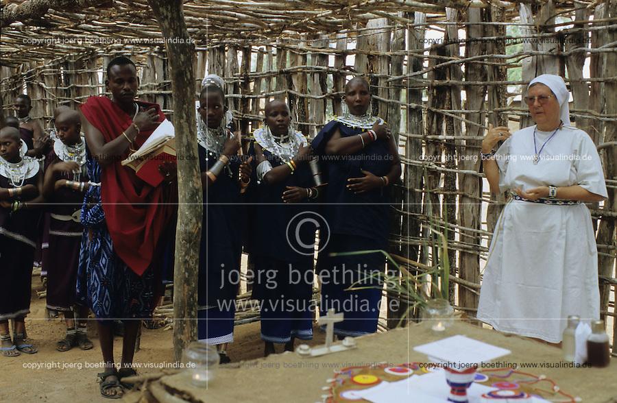 TANZANIA, Handeni, Massai, holy mass in catholic church in Massai village / TANSANIA, Handeni, Massai, Gottesdienst in katholischer Kirche in einem Massai Dorf, Ordensschwester Karin Kraus von der Gemeinschaft der Missionsbenediktinerinnen