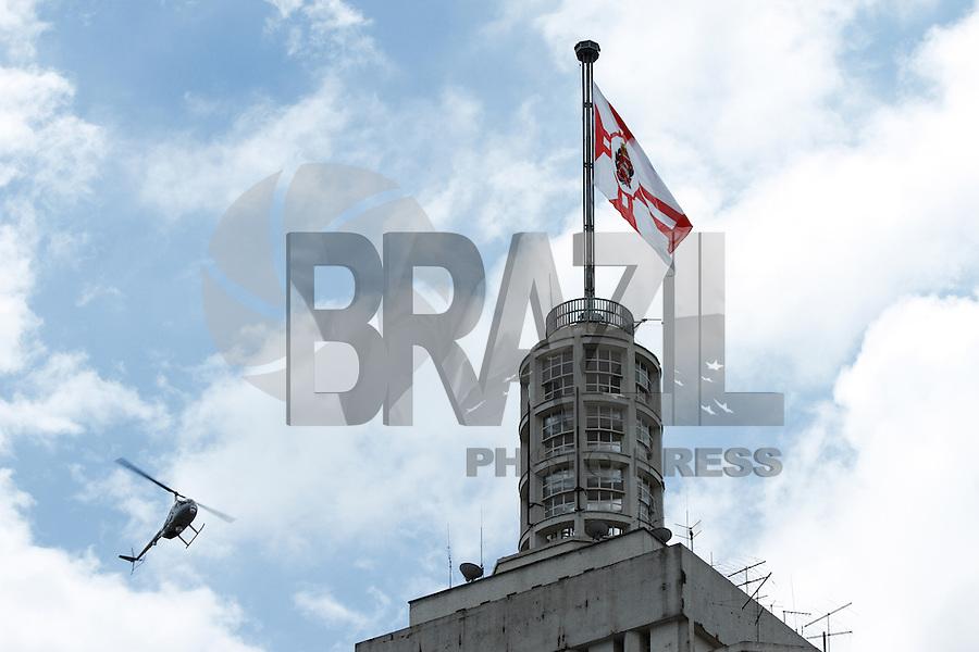 SAO PAULO, SP, 24 JANEIRO 2013 - ANIVERSARIO DE SAO PAULO - Em comemoracao ao aniversario da cidade de Sao Paulo o predio do antigo Banespa trocou a bandeira do Estado pela a do Municipio de Sao Paulo na manha desta sexta-feria(25) na regiao central de Sao Paulo. FOTO: AMAURI NEHN / BRAZIL PHOTO PRESS).