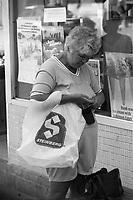 Scenes de rue en 1983 - cliente steinberg<br /> avec un sac en plastique.<br /> <br /> PHOTO : Pierre Roussel -  Agence Quebec Presse