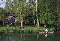 Europe/France/Poitou-Charentes/79/Deux-Sèvres/Coulon: Pêcheur à la ligne sur le Marais poitevin et maison maraichine sur les bords de la Sèvre Niortaise  <br /> PHOTO D'ARCHIVES // ARCHIVAL IMAGES<br /> FRANCE 1990