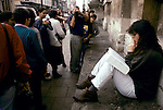 'OXFORD UNIVERSITY' 1995, STUDENT READING A SOCIOLOGY TEXT BOOK BECOMES THE CENTRE OF ATTENTION FOR ITALIAN TOURISTS, 1995