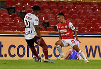 BOGOTA - COLOMBIA, 10-11-2020: Jhon Velasquez de Independiente Santa Fe y Danovis Banguero de Deportes Tolima disputan el balon durante partido entre Independiente Santa Fe y Deportes Tolima de la fecha 19 por la Liga BetPlay DIMAYOR 2020 jugado en el estadio Nemesio Camacho El Campin de la ciudad de Bogota. / Jhon Velasquez of Independiente Santa Fe and Danovis Banguero of Deportes Tolima vie for the ball during a match of the 19th date between Independiente Santa Fe and Deportes Tolima, for the BetPlay DIMAYOR League 2020 at the Nemesio Camacho El Campin Stadium in Bogota city. / Photo: VizzorImage / Luis Ramirez / Staff.
