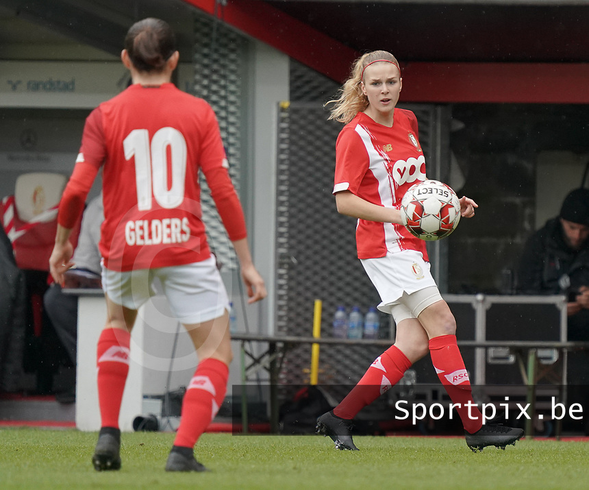 Standard's Merel Bormans (4) gets ready for a throw in during a female soccer game between Standard Femina de Liege and KRC Genk Ladies  on the third matchday of the 2020 - 2021 season of Belgian Womens Super League , Saturday 3 rd of October 2020  in Liege , Belgium . PHOTO SPORTPIX.BE | SPP | SEVIL OKTEM
