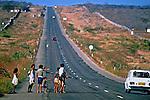 Êxodo de flagelados pela seca no sertão do Ceará. 1985. Foto de Juca Martins.