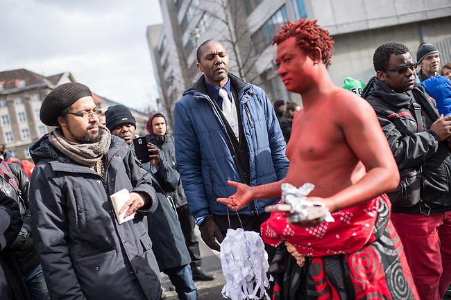 """Etwa 200 bis 250 Menschen beteiligten sich am Samstag den 28. Februar 2015 zum Jahrestag der sog. """"Berliner Afrika-Konferenz"""" an einem Gedenkmarsch in Erinnerung an die Opfer des Kolonialismus, des Sklavenhandels und der Ausbeutung Afrkias durch die Europaeischen Staaten. Sie forderten eine Entschuldigung der Bundesregierung fuer die in deutschem Namen begangenen Verbrechen in den deutschen Afrika-Kolionien, eine Entschaedigung der Angehoerigen der Opfer und die sofortige Rueckgabe der aus Namibia verschleppten Schaedel von Anfuehrern des Volksgruppen der Nama und Herero.<br /> Im Bild: Ein Demonstrationsteilnehmer fuehr eine Performace ueber den sog. """"Sarotti-Mohr"""" der Schokoladenfirma Sarotti auf.<br /> 28.2.2015, Berlin<br /> Copyright: Christian-Ditsch.de<br /> [Inhaltsveraendernde Manipulation des Fotos nur nach ausdruecklicher Genehmigung des Fotografen. Vereinbarungen ueber Abtretung von Persoenlichkeitsrechten/Model Release der abgebildeten Person/Personen liegen nicht vor. NO MODEL RELEASE! Nur fuer Redaktionelle Zwecke. Don't publish without copyright Christian-Ditsch.de, Veroeffentlichung nur mit Fotografennennung, sowie gegen Honorar, MwSt. und Beleg. Konto: I N G - D i B a, IBAN DE58500105175400192269, BIC INGDDEFFXXX, Kontakt: post@christian-ditsch.de<br /> Bei der Bearbeitung der Dateiinformationen darf die Urheberkennzeichnung in den EXIF- und  IPTC-Daten nicht entfernt werden, diese sind in digitalen Medien nach §95c UrhG rechtlich geschuetzt. Der Urhebervermerk wird gemaess §13 UrhG verlangt.]"""
