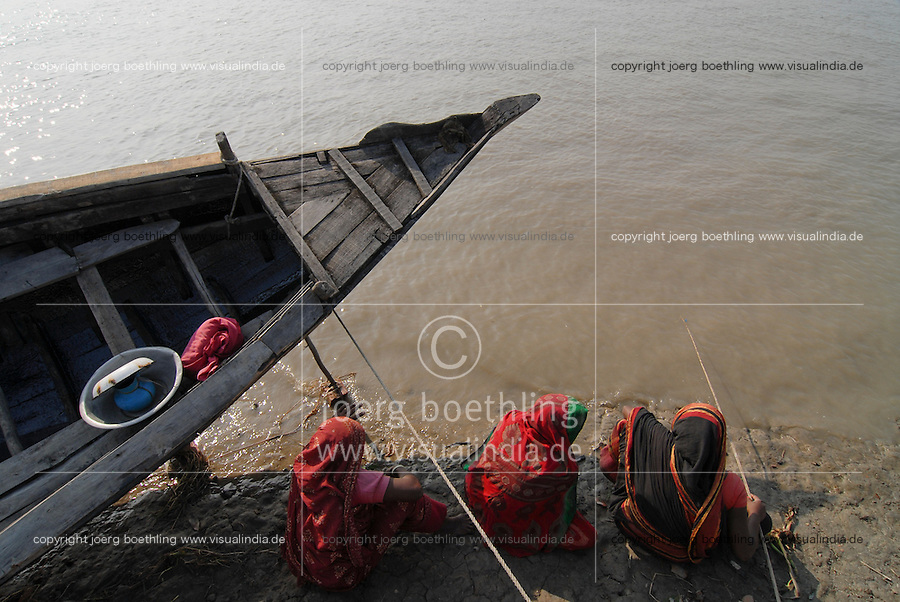 "Asien Suedasien Bangladesh , Dorf Kalabogi , Fluss Shibsha Frauen fangen Shrimpslarven fuer die Shrimpszucht  -  Auswirkungen des Klimawechsel Anstieg des Meeresspiegel global warming xagndaz | .South asia Bangladesh , village Kalabogi at river Shibsha close to the Bay of Bengal , women catch shrimp larvae for shrimp cultivation - consequences of climate change raise of sea level global warming .| [ copyright (c) Joerg Boethling / agenda , Veroeffentlichung nur gegen Honorar und Belegexemplar an / publication only with royalties and copy to:  agenda PG   Rothestr. 66   Germany D-22765 Hamburg   ph. ++49 40 391 907 14   e-mail: boethling@agenda-fototext.de   www.agenda-fototext.de   Bank: Hamburger Sparkasse  BLZ 200 505 50  Kto. 1281 120 178   IBAN: DE96 2005 0550 1281 1201 78   BIC: ""HASPDEHH"" ,  WEITERE MOTIVE ZU DIESEM THEMA SIND VORHANDEN!! MORE PICTURES ON THIS SUBJECT AVAILABLE!!  ] [#0,26,121#]"