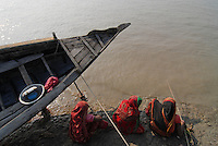 "Asien Suedasien Bangladesh , Dorf Kalabogi , Fluss Shibsha Frauen fangen Shrimpslarven fuer die Shrimpszucht  -  Auswirkungen des Klimawechsel Anstieg des Meeresspiegel global warming xagndaz | .South asia Bangladesh , village Kalabogi at river Shibsha close to the Bay of Bengal , women catch shrimp larvae for shrimp cultivation - consequences of climate change raise of sea level global warming .| [ copyright (c) Joerg Boethling / agenda , Veroeffentlichung nur gegen Honorar und Belegexemplar an / publication only with royalties and copy to:  agenda PG   Rothestr. 66   Germany D-22765 Hamburg   ph. ++49 40 391 907 14   e-mail: boethling@agenda-fototext.de   www.agenda-fototext.de   Bank: Hamburger Sparkasse  BLZ 200 505 50  Kto. 1281 120 178   IBAN: DE96 2005 0550 1281 1201 78   BIC: ""HASPDEHH"" ,  WEITERE MOTIVE ZU DIESEM THEMA SIND VORHANDEN!! MORE PICTURES ON THIS SUBJECT AVAILABLE!!  ] [#0,26,121#]"