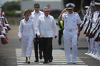 CARTAGENA- COLOMBIA -25-09-2016: Raul Castro, presidente de Cuba, a su llegada al aeropuerto Rafael Nuñez para participar en la firma del acuerdo de Paz entre el gobierno de Colombia y la guerrilla de izquierd de las Farc el lunes 26 de septiembre de 2016 en Cartagena de Indias. / Raul Castro, president of Cuba, upon arrival at the Rafael Nunez airport to participate in the signing of the peace agreement between the government of Colombia and leftist guerrillas of the FARC on Monday, September 26, 2016 in Cartagena de Indias Photo: VizzorImage / Ivan Valencia / Cont
