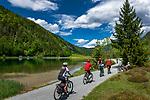 Oesterreich, Tirol, Pillerseetal, St. Ulrich am Pillersee: Rundweg um den Pillersee fuer Wanderer und Radfahrer | Austria, Tyrol, Pillersee Valley, St. Ulrich at Lake Pillersee: loop road around lake Pillersee for hikers and cyclists