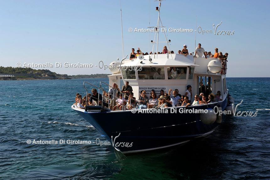 L'arrivo dei turisti. The arrival of tourists.Traghetto Acquavision.