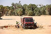 NIGER, village Namaro, sand mining in dry riverbed , sand is used for construction / Dorf Namaro, Sandabbau im trockenem Flußbett, Bausand