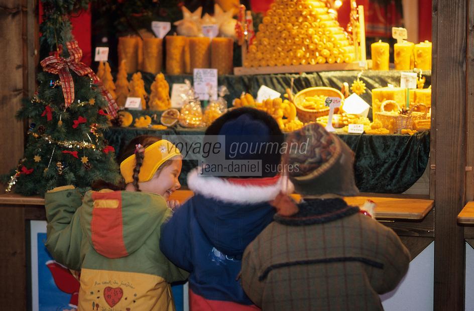 Europe/France/Alsace/68/Haut-Rhin/Colmar: Noël à Colmar - Enfants sur le marché de Noël sur la place de l'ancienne douane ou Koïfhus (AUTORISATION N°242-243)