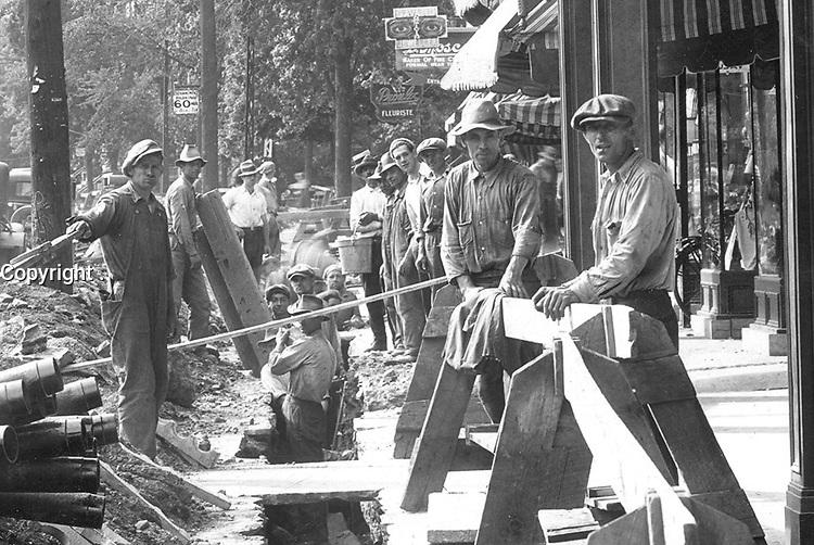 Enfouissement des fils electriques sur l'avenue du Parc [dÈtail].<br /> 1933.<br /> Source : Ville de MontrÈal. Gestion de documents et archives, VM98,SY,SS3,P39.