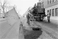 Travaux de voirie<br /> Remplissage de nids de poule,<br />  Mars 1973. (date exacte inconnue)<br /> <br /> PHOTO  : Agence Quebec Presse - Alain Renaud