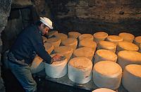 Europe/France/Auvergne/15/Cantal/Fargues: Ferme des frères Salat - La cave à Cantal [Non destiné à un usage publicitaire - Not intended for an advertising use] [<br /> PHOTO D'ARCHIVES // ARCHIVAL IMAGES<br /> FRANCE 1980