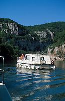 Europe/France/Midi-Pyrénées/46/Lot/Saint-Cirq-Lapopie: Tourisme fluvial sur le Lot