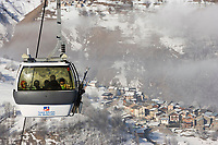 Europe/France/Rhone-Alpes/73/Savoie/Saint-Martin-de-Belleville: télécabine en fond le hameau du Chatelard