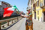 Milano 25 aprile2020.  bandire alle finestre sui Navigli. Milano 25 aprile 2020 in quarantena.  Festa della Liberazione,bandiere alle finestre e ai balconi.l'Italia