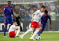 KAZAN - RUSIA, 24-06-2018: Dawid KOWNACKI (Izq) jugador de Polonia disputa el balón con Wilmar BARRIOS (Der) jugador de Colombia durante partido de la primera fase, Grupo H, por la Copa Mundial de la FIFA Rusia 2018 jugado en el estadio Kazan Arena en Kazán, Rusia. /  Dawid KOWNACKI (L) player of Polonia fights the ball with Wilmar BARRIOS (R) player of Colombia during match of the first phase, Group H, for the FIFA World Cup Russia 2018 played at Kazan Arena stadium in Kazan, Russia. Photo: VizzorImage / Julian Medina / Cont