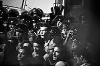 EGITTO, IL CAIRO 9/10 settembre 2011: assalto all'ambasciata israeliana. Migliaia di manifestanti egiziani, ancora infuriati per l'uccisione di cinque guardie di frontiera egiziane da parte dell'esercito israeliano, hanno fatto irruzione nella sede diplomatica israeliana e sono stati poi sgomberati da esercito e polizia egiziana. Nell'immagine: disordini tra manifestanti e polizia egiziana. Bianco e nero.<br /> Egypt attack to the Israeli embassy  Attaque à l'ambassade israelienne Caire