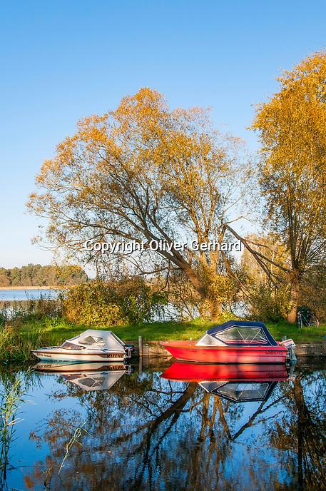 Motorboote im Hafen, Linumer Teichland, Linum, Fehrbellin, Ostprignitz-Ruppin, Brandenburg, Deutschland