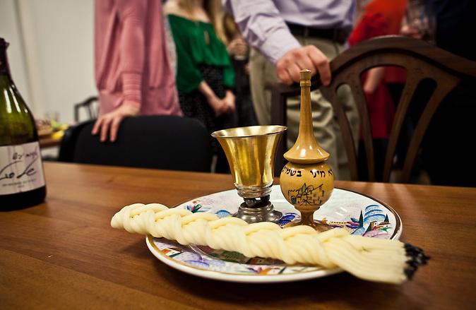 Die Hawdala-Zeremonie findet jeden Samstag nach Sonnenuntergang zum Abschluss des Sabbat statt. / The Havdalah ceremony is celebrated every saturday after sunset to conclude the sabbath.