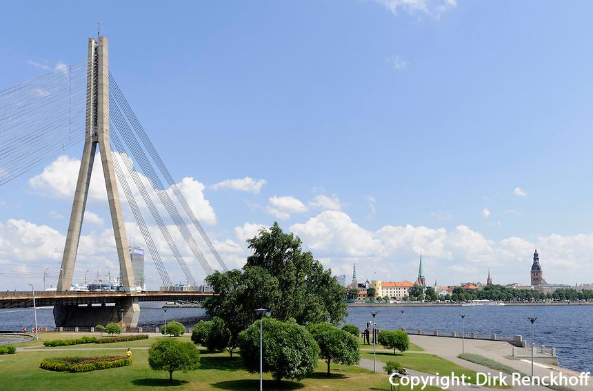 Brücke über die Daugava (Düna) in Riga, Lettland, Europa