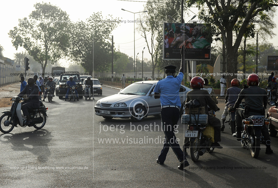NIGER Niamey, road traffic, policeman regulates