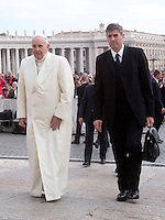 Papa Francesco, affiancato dal maggiordomo Sandro Mariotti, arriva all'udienza generale del mercoledi' in Piazza San Pietro, Citta' del Vaticano, 29 ottobre 2014.<br /> Pope Francis, flanked by butler Sandro Mariotti, arrives for his weekly general audience in St. Peter's Square at the Vatican, 29 October 2014.<br /> UPDATE IMAGES PRESS/Riccardo De Luca<br /> <br /> STRICTLY ONLY FOR EDITORIAL USE