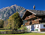 Austria, Tyrol, farmhouse in Pertisau at Achen Lake and Karwendel mountains | Oesterreich, Tirol, Bauernhof in Pertisau am Achensee vorm Karwendelgebirge