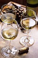 Europe/France/Bourgogne/21/Côte d'Or/Aloxe-Corton: Le chateau de Corton Grancey des Bourgognes Latour - Dégustation d'un Corton Charlemagne dans la salle à manger - Verre de vin blanc et bouchon