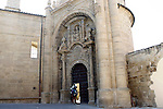 Viana.Navarra.Espana.Viana.Navarra.Spain.Dos peregrinos a la entrada de la Iglesia de San Pedro..Two pilgrims at the entrance to the Church of San Pedro..(ALTERPHOTOS/Alfaqui/Acero)