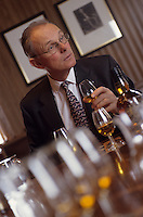 Europe/Grande-Bretagne/Ecosse/Moray/Speyside/Keith : Distillerie Strathisia Whisky Chivas - Dégustation avec le maître assembleur de Chivas Master Blender Colin Scott  [Non destiné à un usage publicitaire - Not intended for an advertising use]