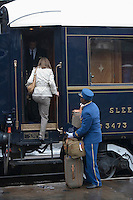 Europe/République Tchèque/Prague:Le steward aide les voyageurs lors de leur embarquement a bord de  l'Orient-Express Train de Luxe qui assure la liaison Calais,Paris , Prague,Venise [Non destiné à un usage publicitaire - Not intended for an advertising use]