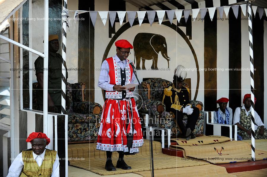 ZAMBIA Barotseland , Zambezi floodplain , Kuomboka ceremony in Limulunga, the Lozi king Lubosi Imwiko II. also called Litunga, change his lower land residence after raining time with the royal bark Nalikwanda to his upper land palace in Limulunga,  His Majesty Mulena Yomuhulu Mbumu wa Lubosi Imwiko II, King of Barotseland and left zambian vice president George Kunda / SAMBIA Barotseland , Flutebene des Zambezi Fluss , Kuomboka Fest in Limulunga, der Lozi Koenig, Litunga, in seiner Residenz in Limulunga