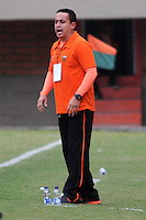 ENVIGADO- COLOMBIA -30-03-2014: Juan C Sanchez, tecnico de Envigado FC da instrucciones a los jugadores durante  partido Envigado FC y Itagüi por la fecha 13 de la Liga Postobon I 2014 en el estadio Polideportivo Sur de la ciudad de Envigado. /  Juan C Sanchez, coach of Envigado FC gives instructions to the players during a match Envigado FC and Itagüi for the date 13 th of the Liga Postobon I 2014 at the Polideportivo Sur stadium in Envigado city. Photo: VizzorImage / Luis Rios / Str.