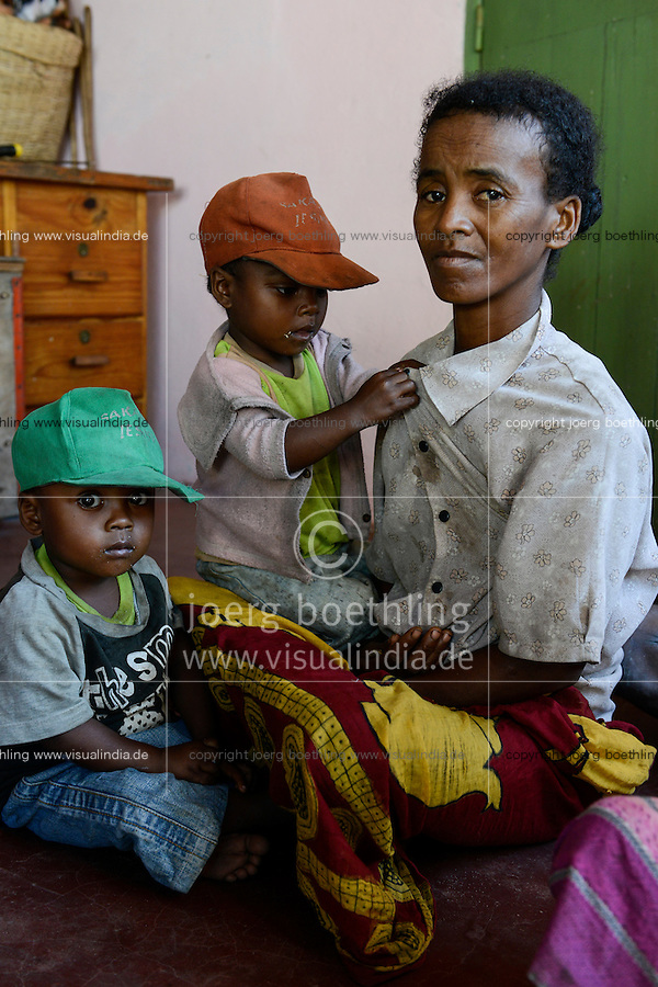 MADAGASCAR, Mananjary, canal des Pangalanes, village AMBOHITSARA, tribe ANTAMBAHOAKA, fady or taboo, according to the rules of their ancestors twin children are a taboo and not accepted in the society / MADAGASKAR, Mananjary, Dorf AMBOHITSARA, Zwillinge sind nach dem Ahnenkult ein Fady oder Tabu beim Stamm der ANTAMBAHOAKA, Frau CHRISTINE MANAMPETRA mit Zwillingen ROLAND - orange Kappe - und CEDRICE - gruene Kappe