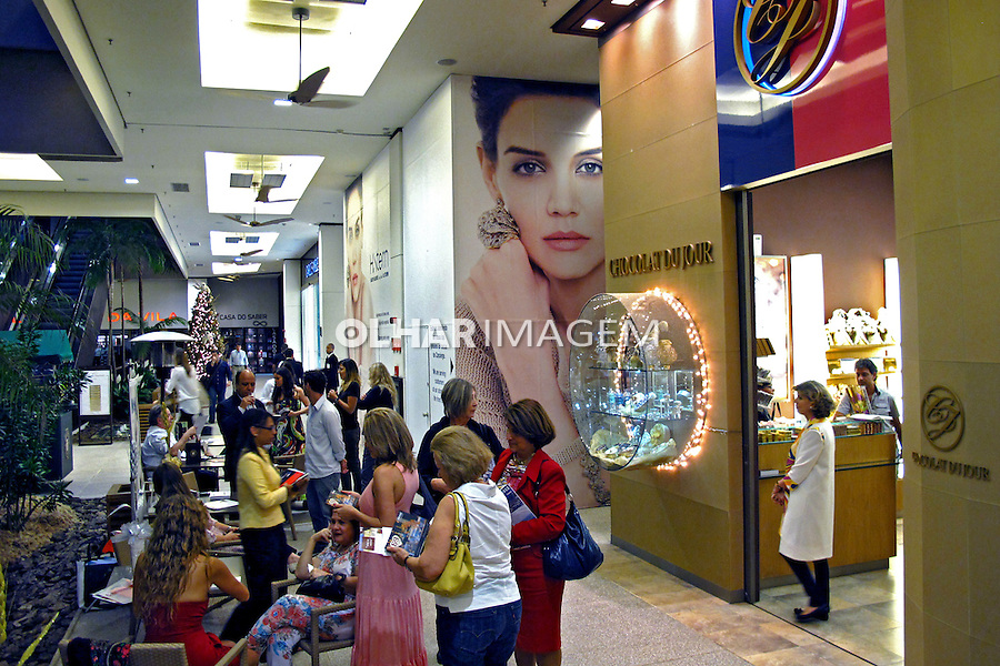 Lojas no Shopping Cidade Jardim. Sao Paulo. 2011. Foto de Juca Martins.