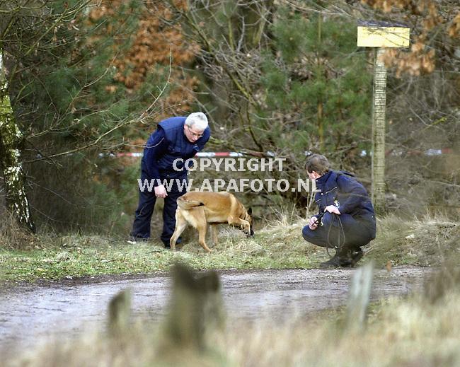 Rheden, 210103<br />De politie kamt de Posbank af op zoek naar sporen van een verdwenen trimmer. Speurhonden worden ingezet op zoek naar sporen.<br />Foto: Sjef Prins - APA Foto
