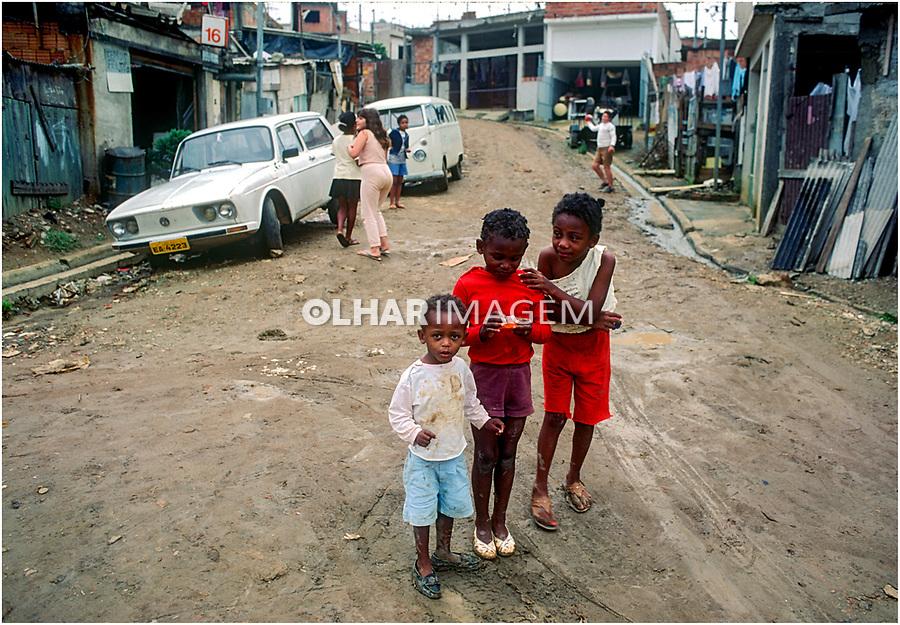 Crianças na rua, favela de Heliopolis, Sao Paulo. 1993. © Juca Martins