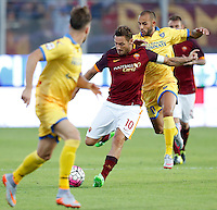 Calcio, Serie A: Frosinone vs Roma. Frosinone, stadio Comunale, 12 settembre 2015.<br /> Roma's Francesco Totti is challenged by Frosinone's Danilo Soddimo, right, during the Italian Serie A football match between Frosinone and Roma at Frosinone Comunale stadium, 12 September 2015.<br /> UPDATE IMAGES PRESS/Riccardo De Luca